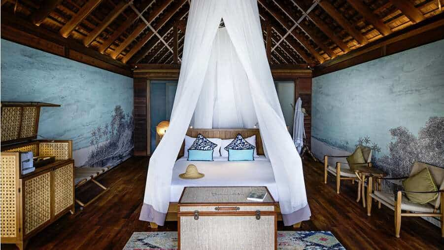 Det lækre soveværelse i Overwater Bungalow på Bawah Reserve.