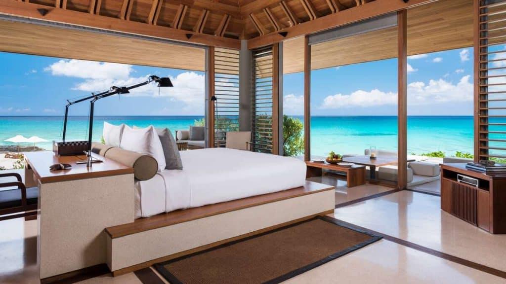 Et af flere soveværelser på Amanyara Artist Ocean Villa på Turks and Caicos.