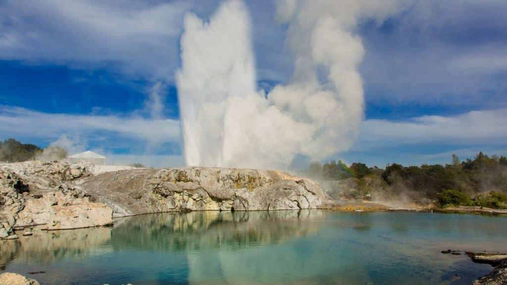 Udforsk den spændende natur i Rotorua, som denne gejser.