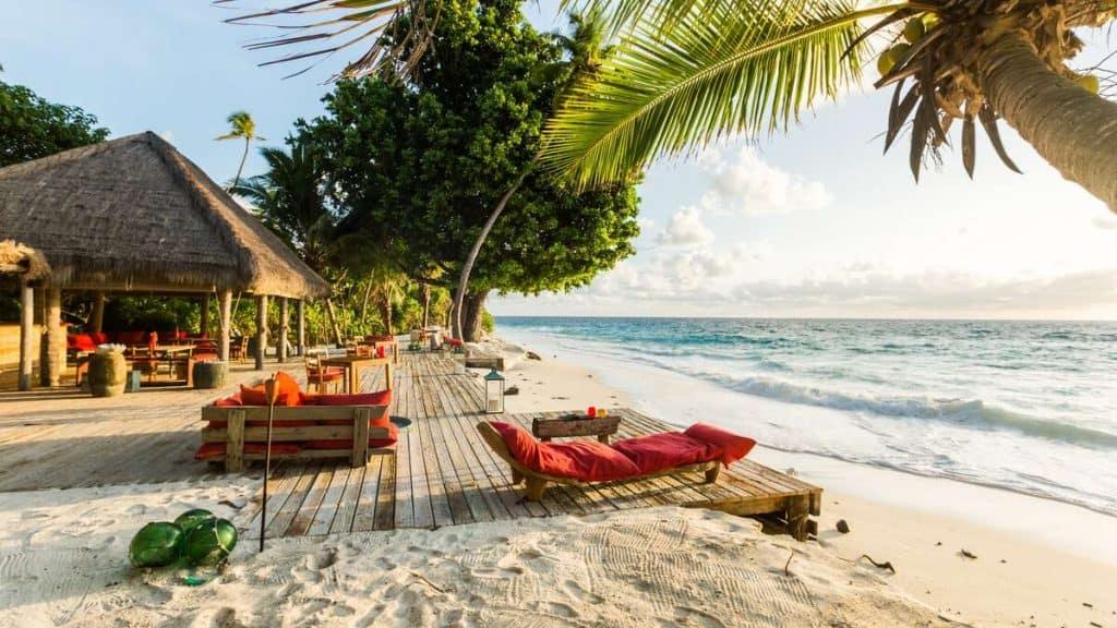 West Beach er det perfekte sted for en sundowner-drink mens solen går ned i havet foran jer.
